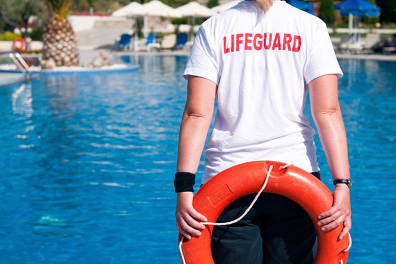 socorrista de piscina con flotador