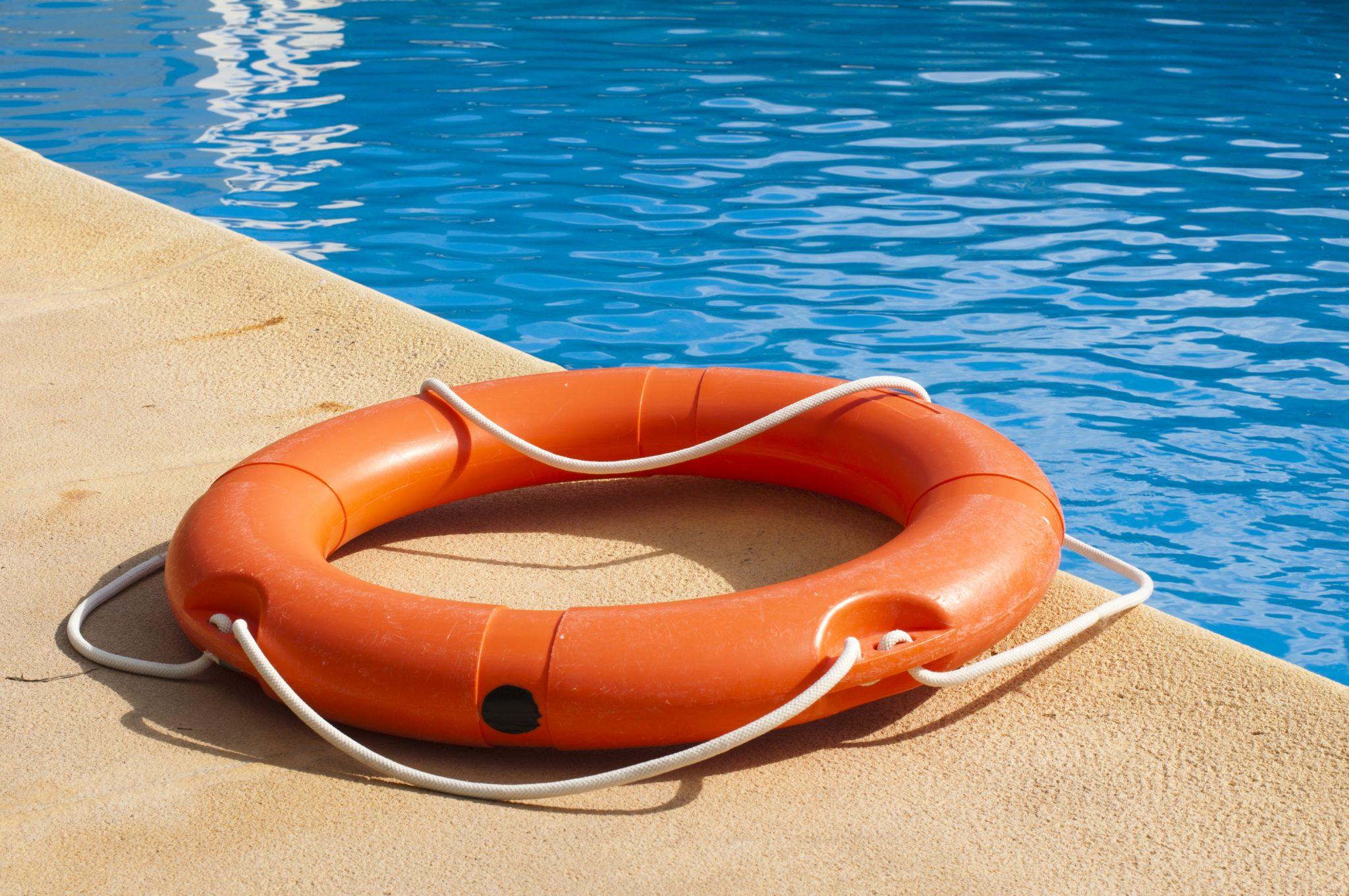 Flotador de emergencia en la piscina